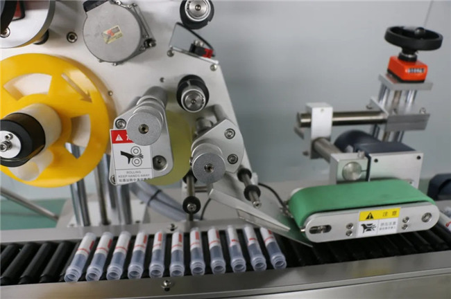Automatisk vandret omvikling af etiketmaskine til sprøjteklæbemærkat