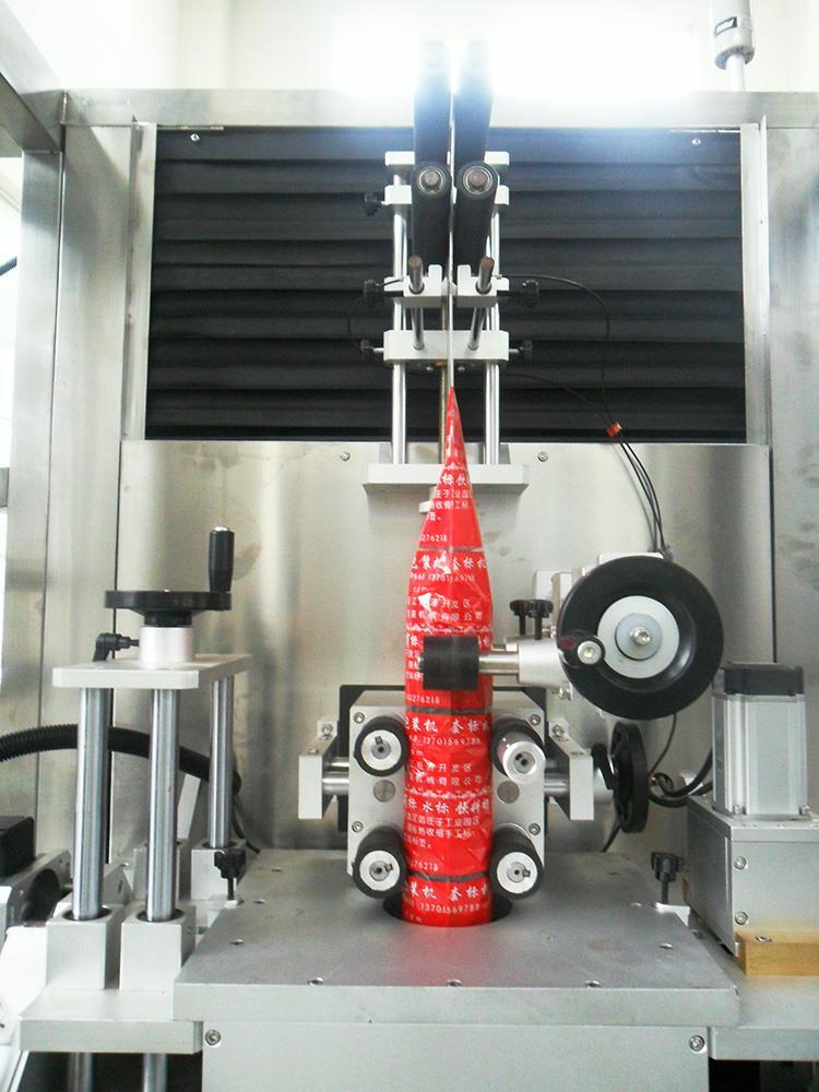 Automatisk plast vand juice flaske Heat Shrink ærme mærkning maskine